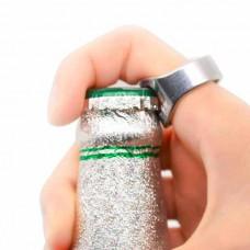 Открывалка для бутылок на пальце